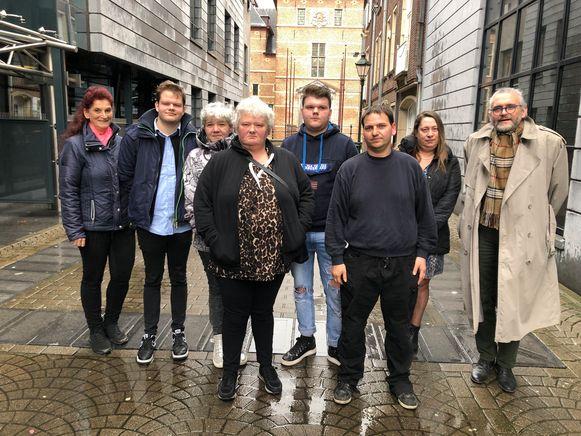 De vrijgesproken bestuurder Stijn Wouters (vooraan) en advocaat Dirk Victor Bogaerts (rechts) met de nabestaanden van Dimitri Truyts. Zij hebben Wouters nooit iets verweten.