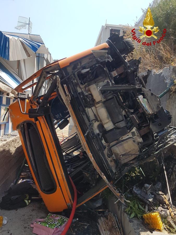 De oorzaak van het ongeluk is nog onduidelijk. De politie vermoedt een te hoge snelheid in een scherpe bocht.