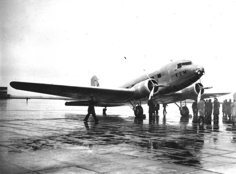 KLM's DC-2 Uiver wint op 23 oktober 1934 het handicapklassement van de MacPherson Robertson International Air Race tussen Londen en Melbourne. Beeld ANP