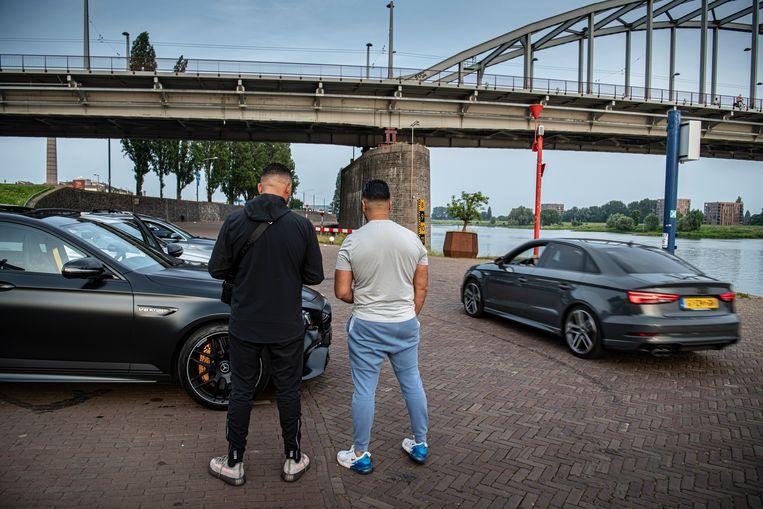 De nestors: Mohamed Morabet (links) en Zakaria Maghfour bij hun auto's. Beeld Koen Verheijden