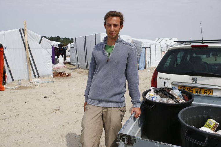 Architectuurstudent Julien (20) woont in het naburige Marck en komt tot drie keer per week vuilnis ophalen. Hij leert de migranten ook hun tenten steviger te bouwen en goed te isoleren.