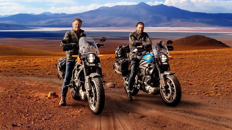 Charley Boorman (l.) en Ewan McGregor op hun elektrische motoren in 'Long Way Up'. Beeld TMDB