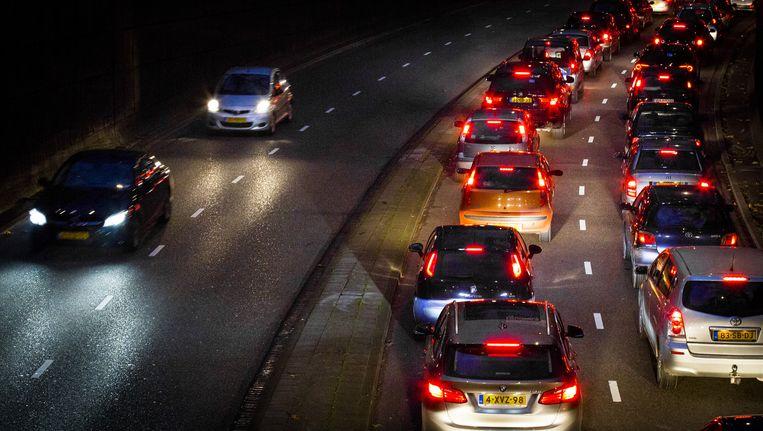 Om de luchtkwaliteit in Rotterdam te verbeteren wil het gemeentebestuur de meest vervuilende voertuigen in een groot deel van Rotterdam weren. Beeld ANP