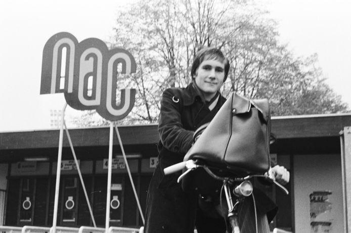 Een jonge Lokhoff op het fietske bij de club. 1976