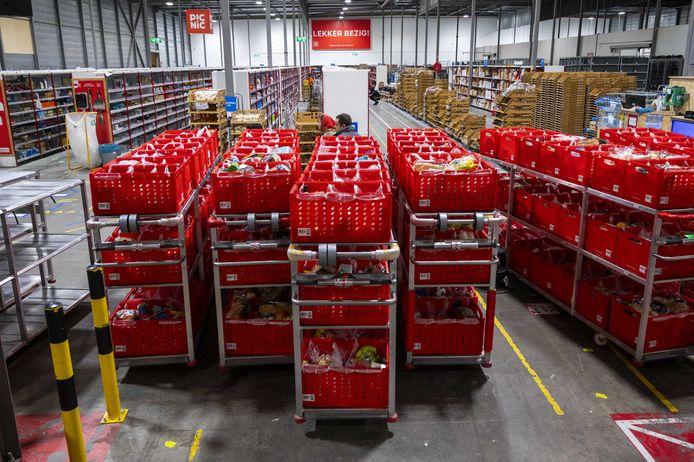 Medewerkers in een distributiecentrum in Diemen van onlinesupermarkt Picnic.