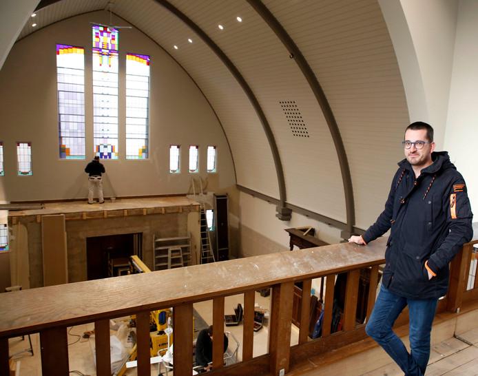 """Penningmeester Jeroen Leenknecht op het balkon van de kerk. ,,Het wordt geen poppodium. Je moet denken aan optredens van Hulst Cultureel."""""""