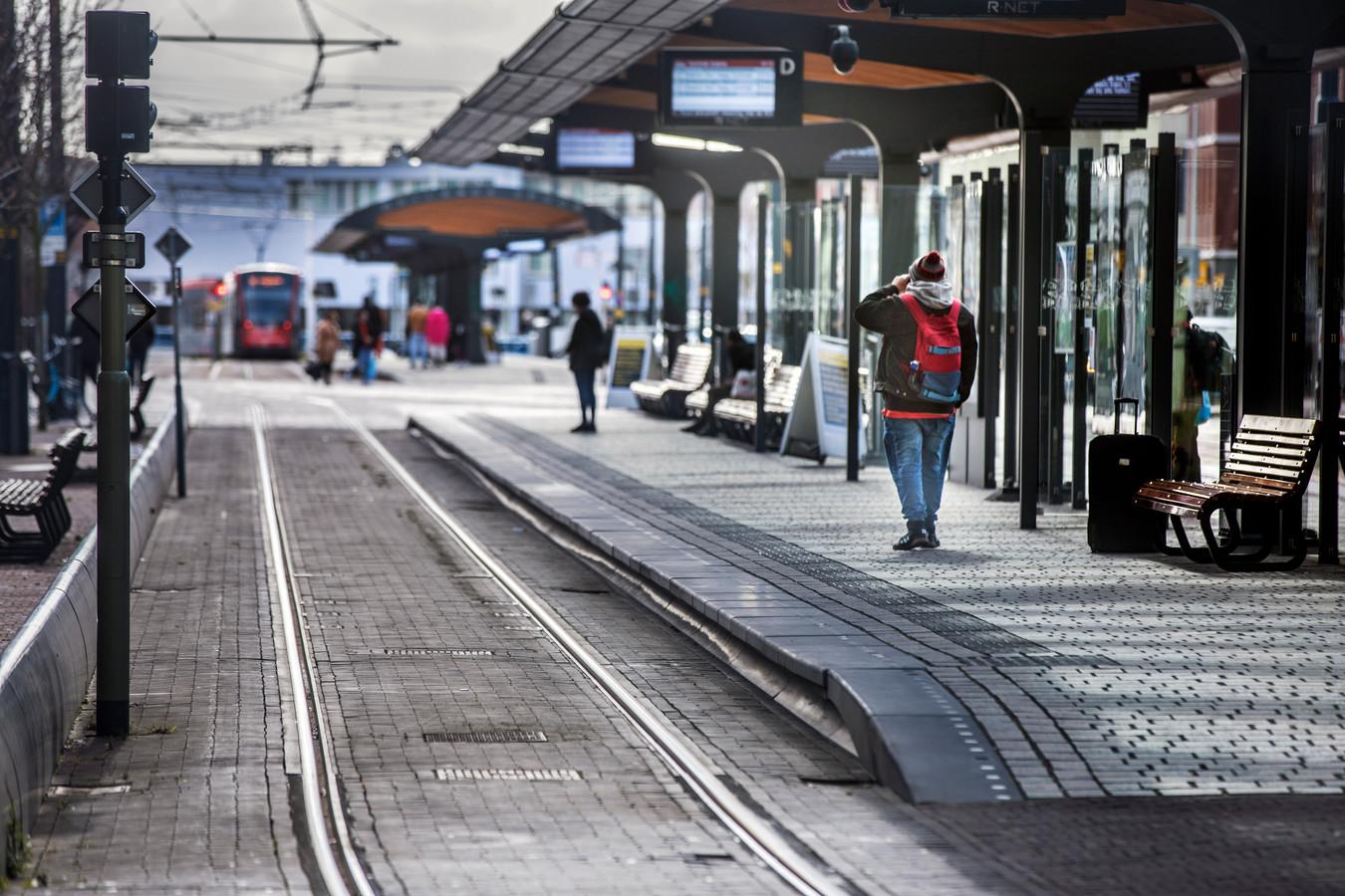 Er rijden vijftig minder trams en bussen. Bijna lege tramhaltes bij station Hollands spoor.