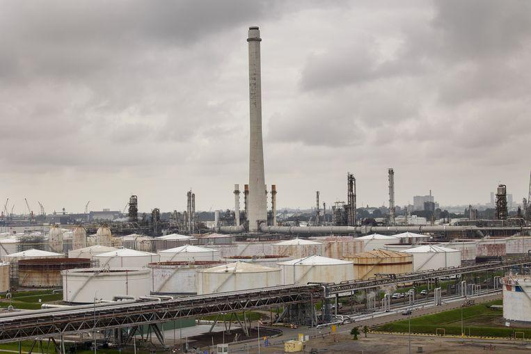 Het petrochemisch complex van Shell aan de Vondelingenplaat bij Pernis, Rotterdam Beeld Arie Kievit