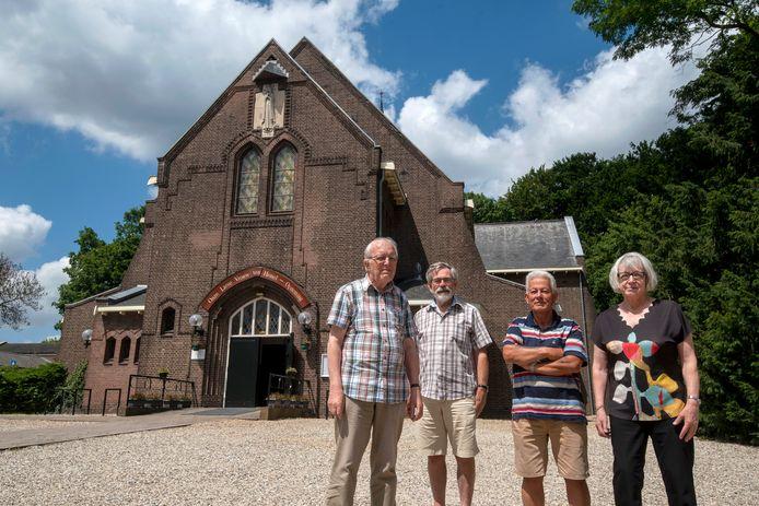 Theo Swiebel, Jos Oomen, Eric Vacquier Droop en Marijke van Silfhout (v.l.n.r.) voor 'hun' kerk.