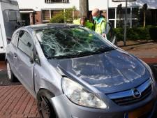 Vrouw gewond nadat ze met haar auto over de kop sloeg midden in woonwijk in Eindhoven