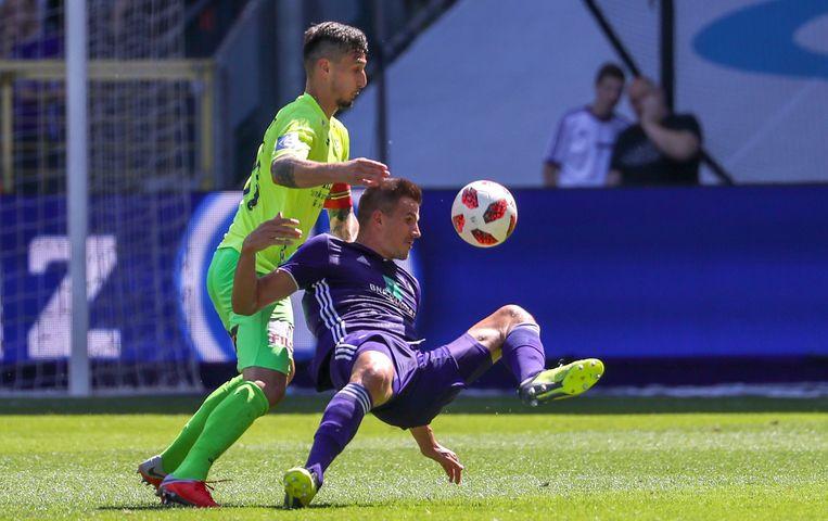 Oostendes Zarko Tomasevic en Anderlechts Ivan Santini vechten voor de bal. Beeld BELGA