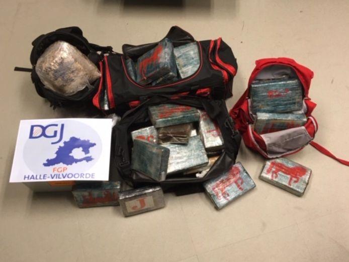 Bij huiszoekingen in verschillende gemeenten troffen agenten in totaal zeventig kilogram cocaïne aan.
