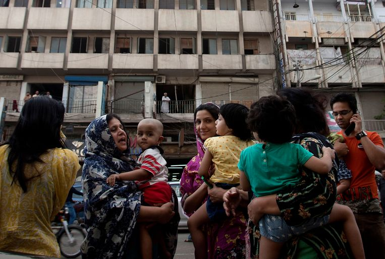 People evacuate buildings and gather on road as tremor of an earthquake was felt in Karachi, Pakistan, Tuesday, April 16, 2013. A major earthquake described as the strongest to hit Iran in more than half a century flatted homes and offices Tuesday near Iran's border with Pakistan, killing at least tens of people in the sparsely populated region and swaying buildings as far away as New Delhi and the skyscrapers in Dubai and Bahrain. (AP Photo/Shakil Adil) Beeld AP