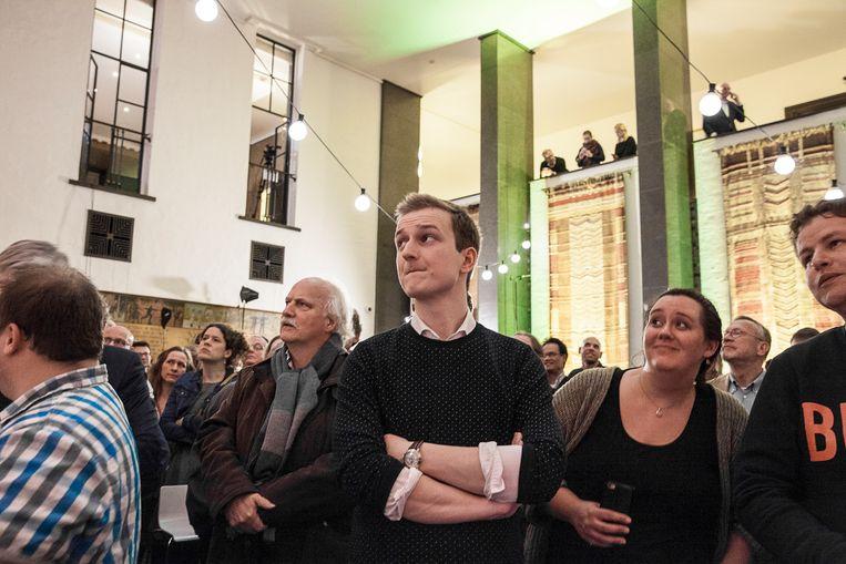 Student Jochem Stoeten, kandidaat-raadslid voor de VVD in Enschede, kijkt naar de teleurstellende resultaten van de VVD tijdens de gemeenteraadsverkiezingen in Enschede. Beeld Harry Cock