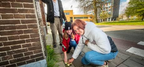 Stolpersteine oorlogsslachtoffers blinken weer in Almelo; 'Mens is pas vergeten, als zijn naam is vergeten'