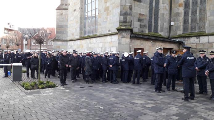 Bij de uitvaart van Yvonne Nienhuis waren honderden collega-agenten aanwezig.