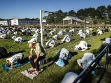 """Gentbrugse moskee huurt voetbalplein af om samen te bidden tijdens Offerfeest: """"Zo kunnen we dubbel zoveel gelovigen samenbrengen"""""""