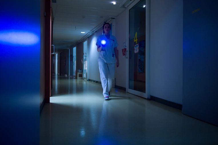 Een verpleegkundige tijdens haar nachtdienst. Beeld Hollandse Hoogte / Frank Muller / Zorginbeeld