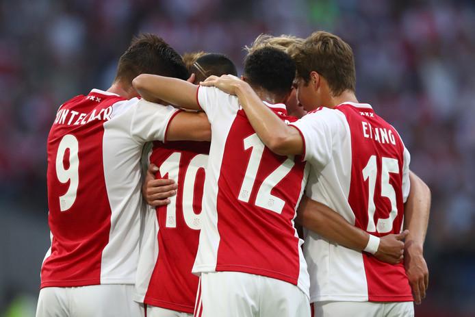 Ajax haalde de Helmond Cup woensdagavond terug naar Nederland door een 2-0 overwinning op Sturm Graz.