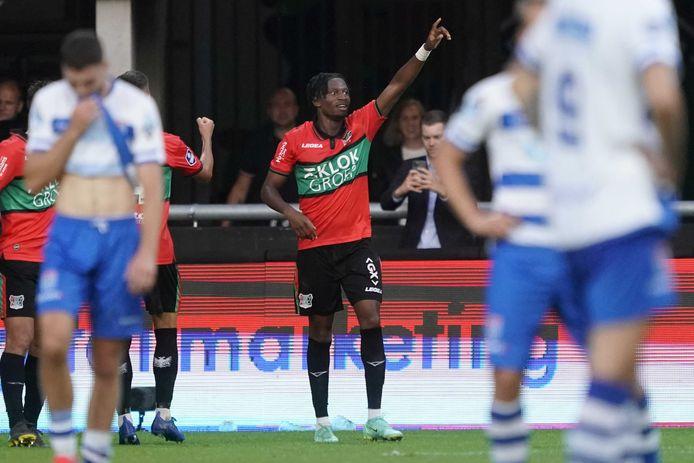 Jonathan Okita juicht na zijn doelpunt voor NEC tegen PEC Zwolle.