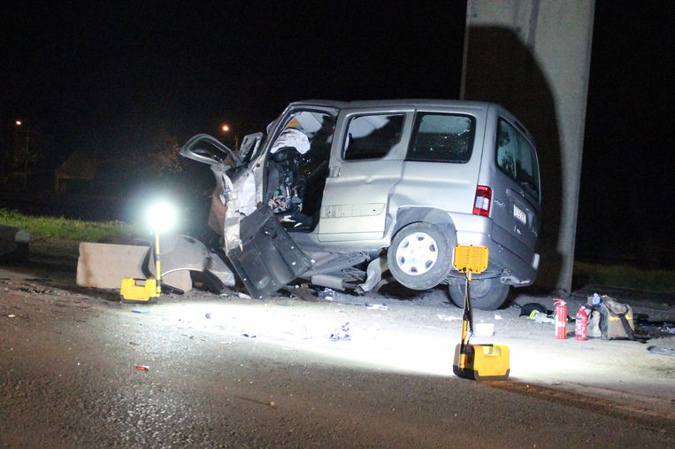De bestuurder was op weg naar een vriend die in de problemen zat toen hij tegen een pijler reed in de Kanaalstraat.