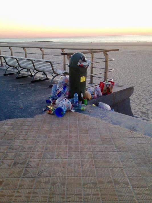 Overvolle vuilnisbakken ontsieren de winkelstraten, de dijk en de omgeving van het strand.