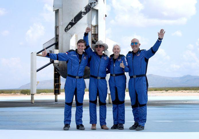 Oliver Daemen, Jeff Bezos, Wally Funk en Mark Bezos.