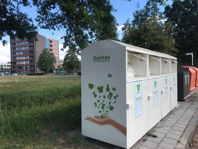 De sloten van vier containers in de Zoutestraat in Hulst zijn dichtgesmeerd met lijm.