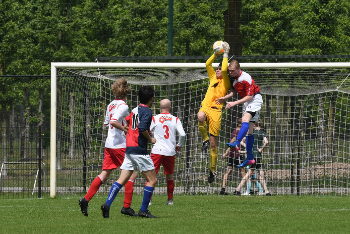 Doelman Remco Loeffen van Vianen Vooruit grijpt in tegen Sportclub Irene.