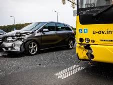 Lijnbus en auto botsen stevig op elkaar in De Bilt