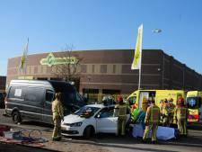 Twee lichtgewonden na harde botsing tussen bestelbus en auto in Budel