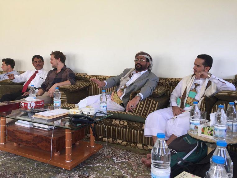 Gouverneur Sultan Ali Al Aradah ontvangt westerse journalisten in zijn paleis Beeld Ana van Es