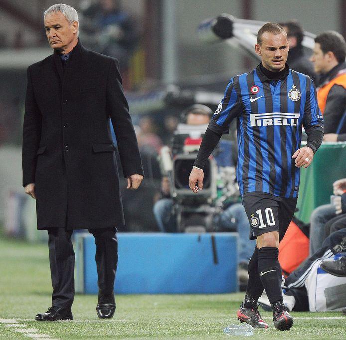 Wesley Sneijder na zijn wissel met coach Claudio Ranieri.