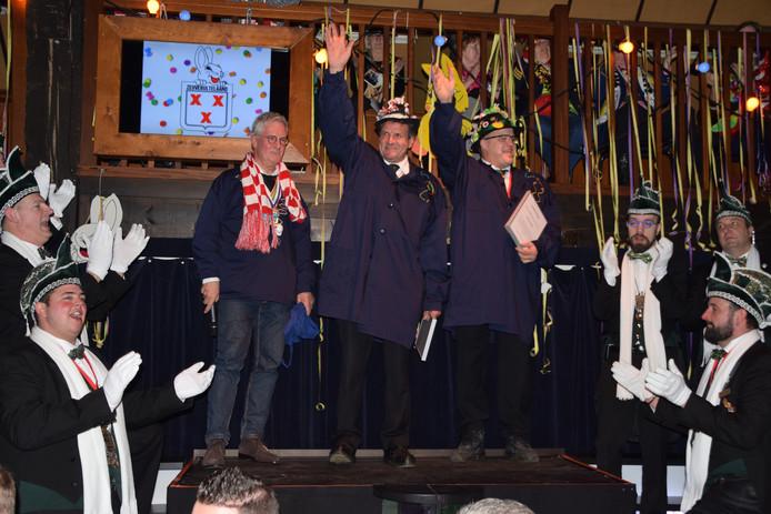 Burgemeester Jac Klijs heeft John Meeuwisse (midden) en René Clarijs de kiel van de gemeente Moerdijk uitgereikt tijdens het Uurke in 't Schuurke voor hun jarenlange inzet voor het openbare carnaval in Zevenbergen