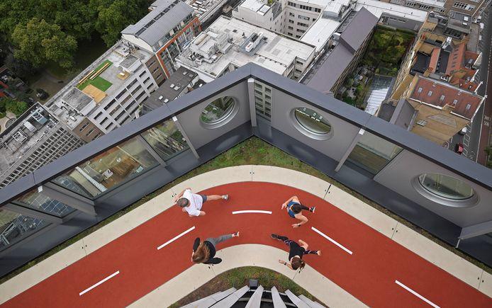 Het dak van de White Collar Factory in Londen is voorzien van een atletiekbaan. Den Haag wil zoiets ook.