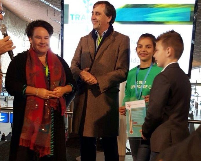 Staatssecretaris Sharon Dijksma luisterde aandachtig naar de klimaatideeën van Jeffrey Haarmann en Sofia Nijholt van basisschool Het Rondeel uit Den Bosch.