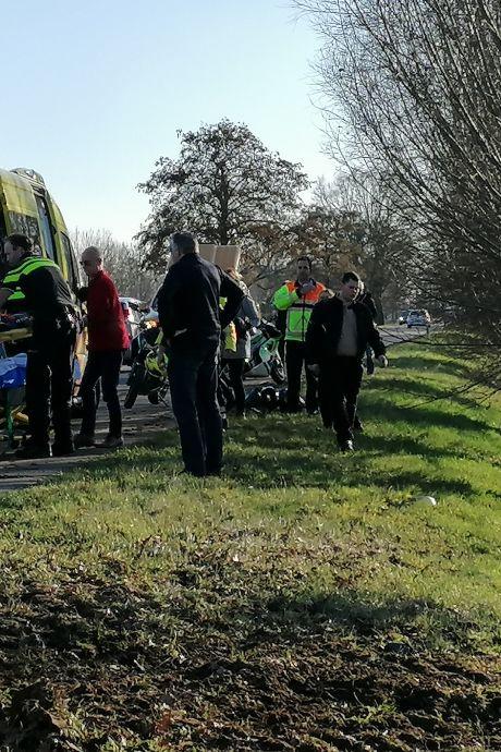 Motorrijdster raakt van weg en duikt droge sloot in: gewond naar ziekenhuis Doetinchem