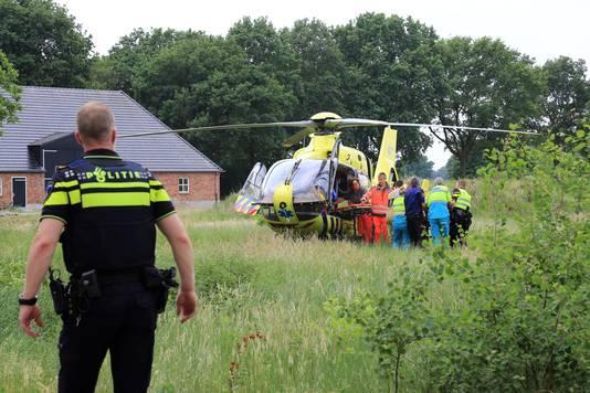 De 44-jarige gewonde man werd met de traumahelikopter met spoed naar het ziekenhuis in Nijmegen gebracht.