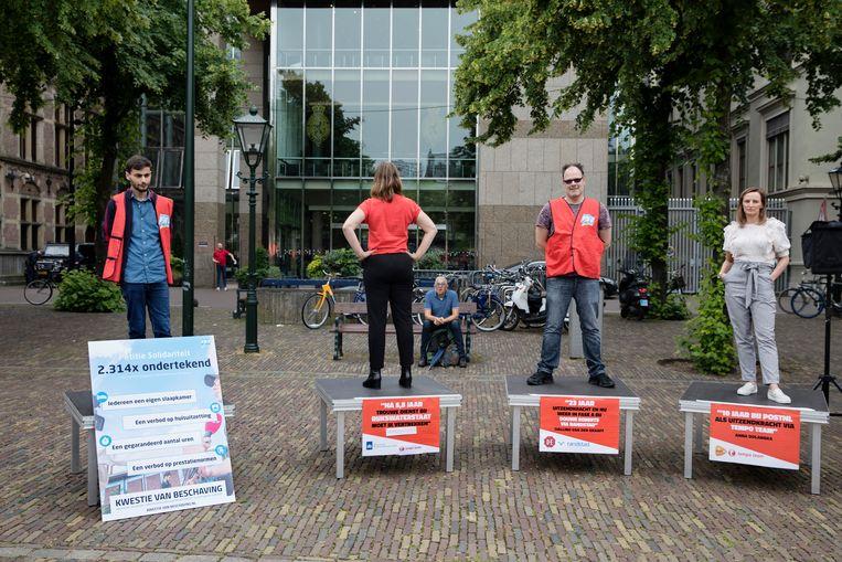 Vakbond FNV bood maandag Kamerleden van GroenLinks en de SP een rapport en een petitie aan over flexwerk aan.  Beeld Inge van Mill