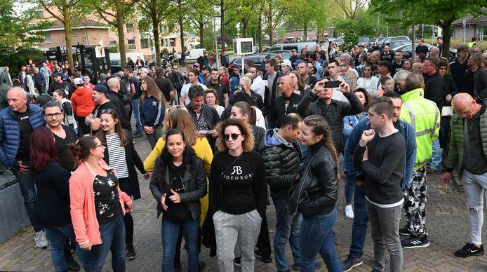 Trouwe bezoekers van de Rodenburg verzamelden zich dinsdag bij het gemeentehuis in Geldermalsen om te protesteren tegen de sluiting van de discotheek.