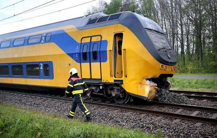 De ontspoorde trein na de botsing van de vrachtwagen bij Wouw