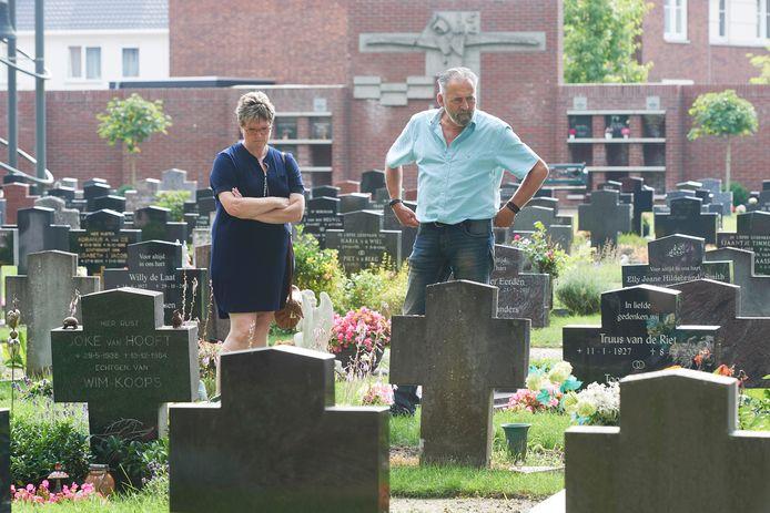 Marianne Gielen-van Boxtel en Wilbert Linders bij het graf van moeder en vier kinderen die vijftig  jaar geleden omkwamen  bij een woningbrand in Veghel.