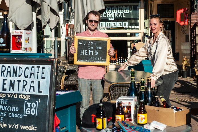 Jill Letschert en collega Jordy van Grandcafé Central in Gouda.