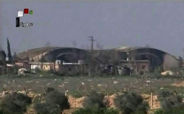 De Syrische staatstelevisie zendt beelden uit van het gehavende vliegveld van Shaykat. Beeld AFP