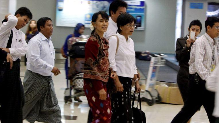 Aung San Suu Kyi, de leidster van de oppositie in Birma, keert terug van haar eerste buitelandse reis sinds haar uitverkiezing tot parlementslid. Beeld epa