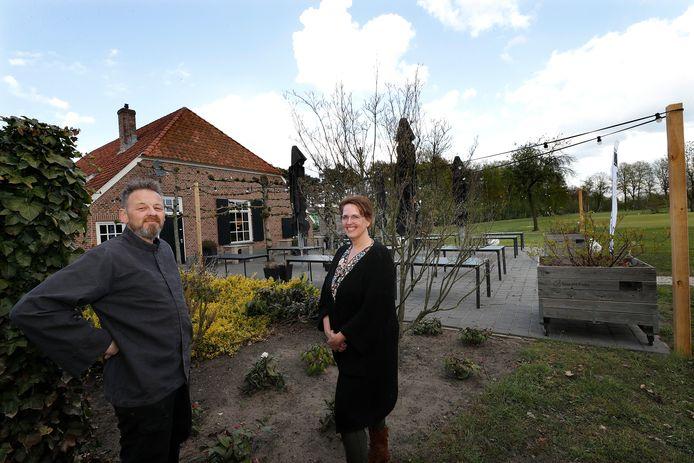 Het terras van Jan en Bianca Krijgh bij golfbaan 't Zelle in Hengelo mag niet open, want ze zitten op een sportcomplex.