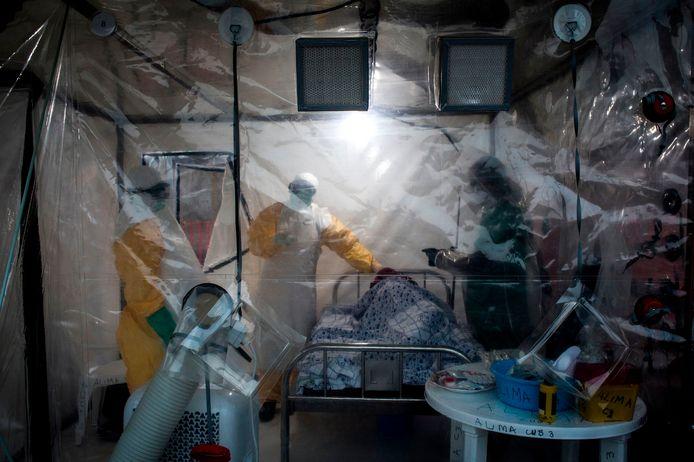 Artsen bij een ebolapatiënt in Beni. Archiefbeeld.