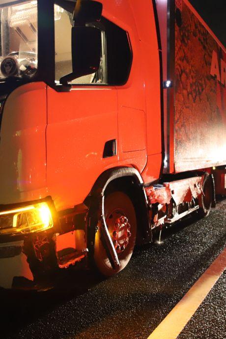 Vrachtwagen schuurt vangrail voor tientallen meters, zorgt voor vertraging op de A15
