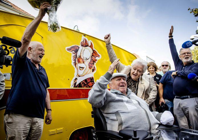 Bas van Toor, beter bekend als clown Bassie, ontvangt bloemen voor zijn 86e verjaardag.
