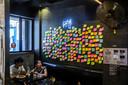 Een wand in een restaurant in Hongkong hangt vol met lege briefjes, een nieuwe vorm van protest tegen de Chinese repressie. Foto ISAAC LAWRENCE / AFP